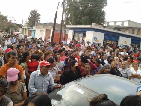 La junta se efectuó este miércoles y acudieron alrededor de mil vecinos, más los que se fueron agregando en el transcurso de la asamblea, que se efectuó en la explanada del centro del pueblo, aproximadamente a las 16:00 horas. Foto: Roberto Sandoval