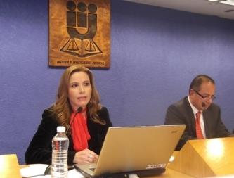 Hilda Nucci, coautora de Beneficios Extrapresidenciales; a la derecha, Ernesto Villanueva. Foto: Jorge Villa