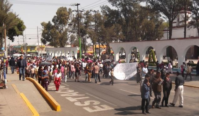 Aquí caminan sobre la calle Juárez unos 250 manifestantes entre escolares, madres y padres de familia que habían salido desde las 8:30 de la mañana de la escuela ubicada en la colonia Almárcigo Sur, recorrieron la avenida México hasta llegar a la Vía López Portillo y continuaron hasta llegar a la presidencia municipal, de la que se encuentran a una cuadra. Foto: Jorge Villa