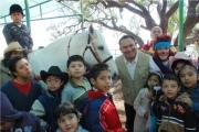 Bedolla López dio a conocer a los padres de familia que Isis Ávila, hija del gobernador del estado de México Eruviel Ávila Villegas, envió un hermoso corcel blanco llamado Napoleón. Foto: C.S. Ecatepec