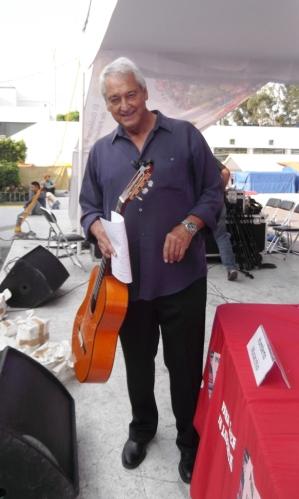 Pedro Ávila a punto de inicar el recital en la Feria Nacional del Libro en Neza. Foto: Jorge Villa
