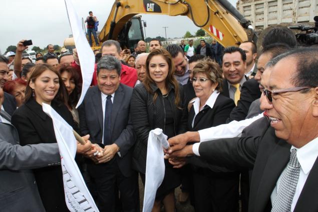 Sandra Méndez al centro; el alcalde de Tultepec Sergio Luna y la regidora Lucía Jaramillo. Foto: C.S.