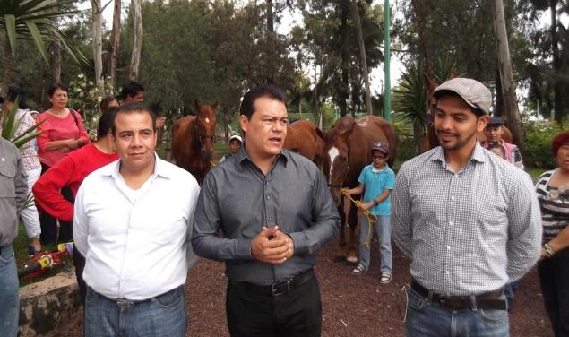 Hace poco se inauguró el área de equinoterapia; aquí, el alcalde Juan Zepeda (centro) y el subdirector Francisco Cabrera, a la izquierda. Foto: Jorge Villa
