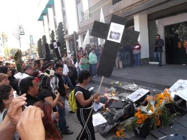 Protesta frente al palacio municipal de Ecatepec. Foto: Jorge Villa