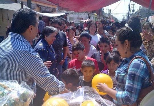 El diputado Octavio Martínez y la síndica Diana Méndez durante la entrega de juguetes en su recorrido. Fotos: FPI