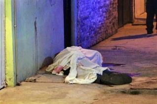 Un hombre de aproximadamente 30 años fue baleado desde un auto. Foto tomada de Reforma