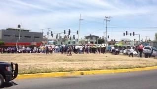 El pasado 10 de abril se manifestaron en la Avenida Central en contra del cierre de sus fuentes de trabajo. Foto: Archivo