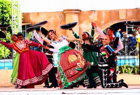Los asistentes presenciaron la danza folclórica por parte del grupo representativo de Tultitlán, Leit Motiv. Foto: C. Social