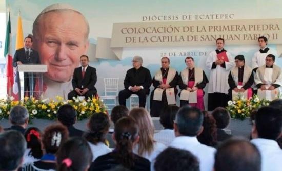 El gobernador Eruviel Ávila, el alcalde Pablo Bedolla y al centro el obispo de Ecatepec, Oscar Roberto Domínguez y el