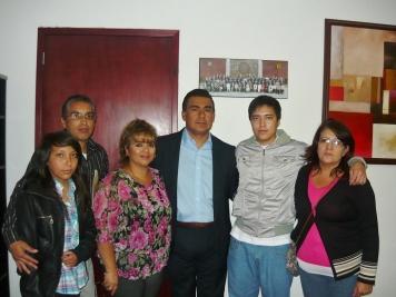 Familiares y estudiante con el parlamentario