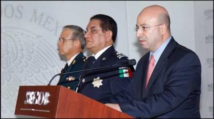 El coordinador antisecuestros federal, Renato Sales Heredia; al centro, el secretario de Seguridad Ciudadana mexiquense, Damián Canales Mena. Foto: Segob
