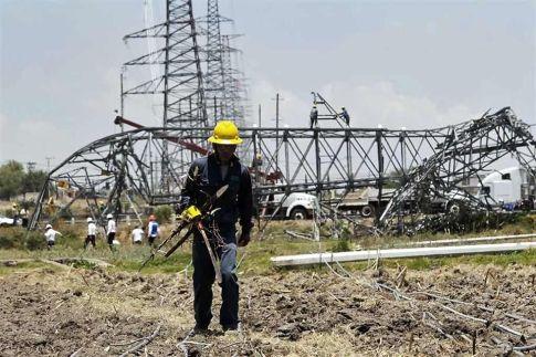 La reparación les llevará varios días, pero por lo pronto personal de la paraestatal informó que durante la mañana quedó completamente restablecido el suministro de energía en las comunidades de Huehuetoca y Coyotepec. Foto tomada de Reforma