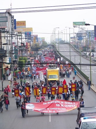 la movilización que arrancó del Puente de Fierro hacia al palacio municipal, los demandantes denunciaron en el trayecto la falta de seriedad del edil