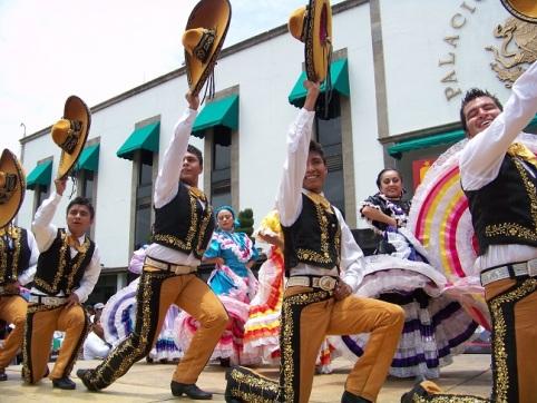 Antes de iniciar el plantón, se presentaron cuadros folclóricos de la Universidad de Bellas Artes del propio movimiento ubicada en Texcoco