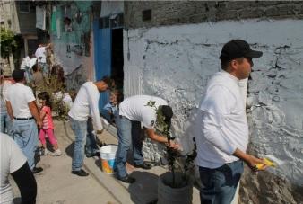Pobladores de la Presa se integraron a los trabajos de pinta de fachadas. Foto: Especial