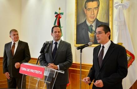 El gobernador Eruviel Ávila, flanqueado por el secretario general de Gobierno mexiquense, José Manzur y el nuevo titular de la PGJEM. Foto: GEM