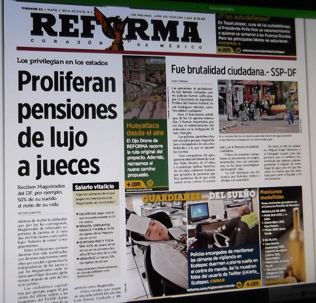 Primera plana del rotativo Reforma de hoy viernes; en la parte inferior, la nota de referencia. Foto: aquíRcatepec