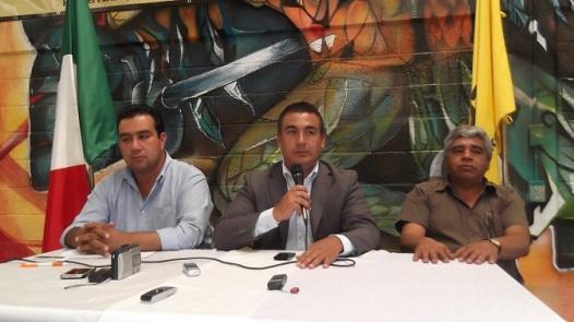 El presidente del PRD municipal, Roberto Hernández; el diputado Octavio Martínez Vargas y el secretario del primero, Sergia García romero. Foto: Jorge Villa