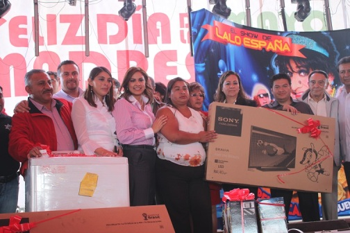 Las mamitas ganadoras en las rifas recibieron de las manos de la presidenta municipal (de blusa a rayas), diferentes regalos. Foto: C. Social