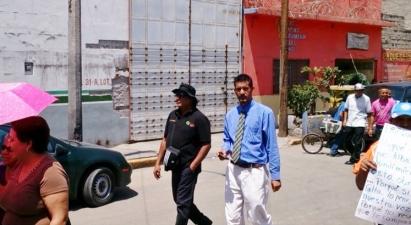 Durante la inspección de los trabajos de la CAEM, Arturo Miranda Platas (de negro), al término de la junta. Foto: Jorge Villa