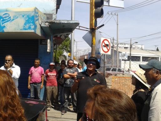 Todavía el subdirector de Gobernación de Ecatepec, Antonio Miranda Plata, se enfrentó con vecinos cuando ya se retiraban en la Avenida Adolfo López Mateos (conocida como R-1) en la esquina con avenida Santa Teresa. Fotos: Jorge Villa