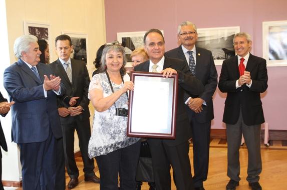 El Rector de la UAEH, Humberto Veras Godoy entregó su reconocimiento a la fotoperiodista mexicana