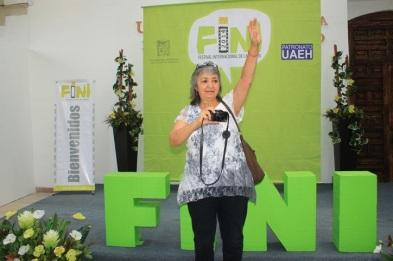 Elsa Medina y su cámara, al momento de recibir su reconocimiento por parte del FINI 2014. Fotos: Difunet