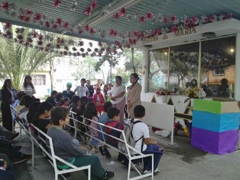 En representación del diputado Octavio Martínez, la también Consejera Estatal del PRD, Brisa Gallegos Angulo proporcionó el lote de sillas a la líder comunitaria, Ramona Calixto. Fotos: Mary Santiago