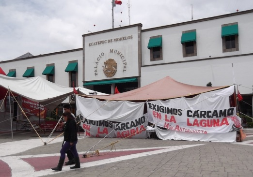 """Este junio de 2014 se manifiestan frente a la alcaldía de Ecatepec como lo hicieran hace 12 meses y por los mismos motivos que en aquella ocasión también eran """"demandas consistentes en ejecutar obras y servicios públicos"""". Fotos: Jorge Villa"""