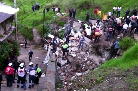 Deslaves fueron provocando que se reblandeciera el terreno hasta provocar un alud. Foto: Tomado de Reforma