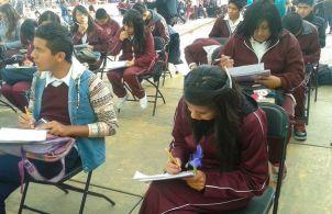 alumnos para manifestar su inconformidad estudian frente a las instalaciones de la presidencia municipal,