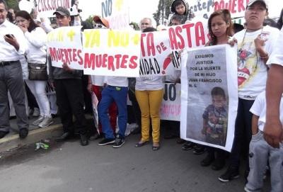 Familiares o víctimas o amistades, en solidaridad ; a la izquierda, el diputado Octavio Martínez. Foto: Jorge Villa