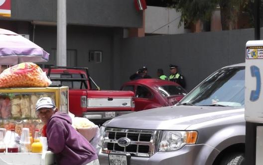 Elementos pertenecientes a la banda de guerra de la Policía de Ecatepec, en amena charla, disgustados porque les ordenaron realizar labores viales. Foto: Jorge Villa