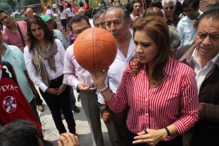 Sandra Méndez también hizo entrega de equipo de cómputo en la Escuela Primaria Rafael Ramírez. Foto: C. S.