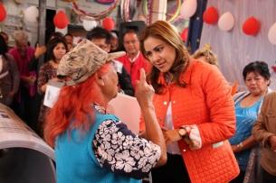 La maestra en derecho, Sandra Méndez, hizo entrega de láminas de policarbonato a locatarios y comerciantes del mercado popular de Prados. Foto: C. S. Tultitlán