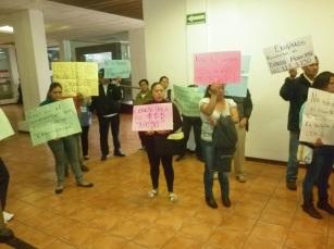 Con carteles y a silbatazos sonaron quejas de vecinos de Ecatepec. Fotos: D.E.
