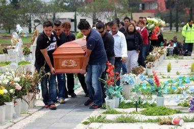 """El día de ayer familiares entierran a una de las víctimas de la estampida humana al término del """"baile"""". Foto: Tomada de Reforma"""