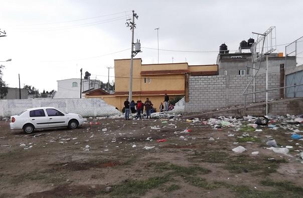 La puerta a la derecha es el acceso por la parte posterior del centro comercial Walmart, que proviene de la avenidad Revolución o 30-30. Foto: Jorge Villa