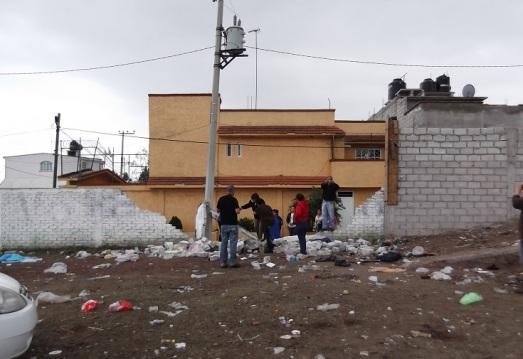 Por la mañana, vecino vigilando que no se llevaran los desechos de material hasta que la autoridad municipal se hiciera cargo de reparar los daños, según afirmaron. Foto: Jorge Villa