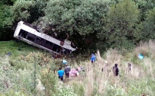 Cae autobús en el barranco, a 50 metros de profundidad. Foto: Tomado de Reforma