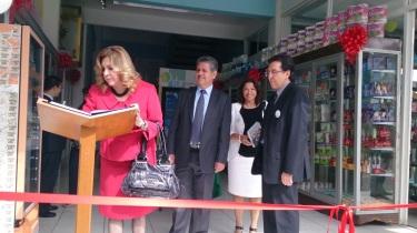 El libro de visitas dejó los parabienes de decenas de invitados y algunos clientes; al fondo, la Directora de Proyectos  Especiales y Vinculación Social, Atene Durán González