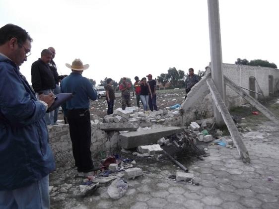 Vecinos del fraccionamiento Bursaab evitaron antes del mediodía que obras públicas levantara los ladrillos. Foto: Jorge Villa