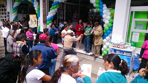 No faltó la viva y emotiva participación de la comunidad y nuevos clientes de FNC, quienes fueron objeto de pleno reconocimiento y beneficiarios de múltiples regalos, promociones y sorteos, así como de bocadillos y bebidas refrescantes. A la derecha, Helguera