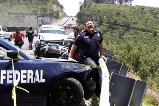 Tres policías y dos paramédicos resultaron heridos de entre los seis vehículos que fueron arrollados, entre ellos tres de emergencias, luego del choque de la unidad que presuntamente se quedó sin frenos. Foto: Tomada de Reforma