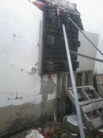 De esta manera son tapados los ventanales para que no se introduzca el agua de lluvia