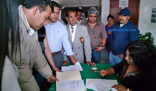 Momento en el se hace oficial en las oficinas del PRI de Ecatepec la entrega del documento para su entrega a los cuatro diputados federales por este municipio. Atestiguan el presidente