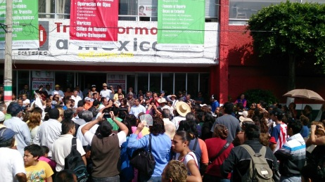 Poco antes de concluir la concentración frente a las oficinas del PRI, en la calle de Pedro Moreno, en el centro de San Cristóbal. Foto: Jorge Villa