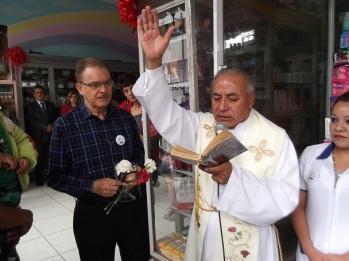 El sacerdote Simón Buendía Valverde de la Parroquia de San Miguel Arcángel a punto de bendecir la sucursal De jesús
