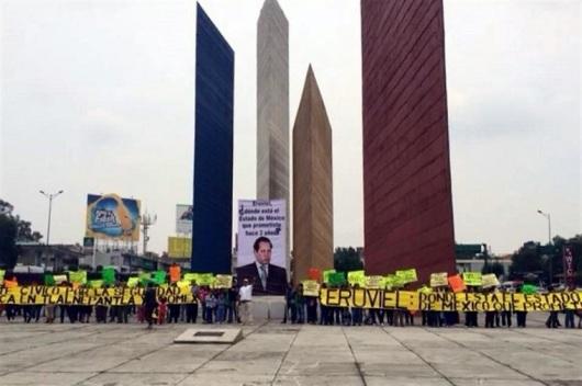Los participantes llegaron hasta las Torres de Satélite, en Naucalpan, sitio en el que terminó la manifestación. Foto: Tomado de Reforma