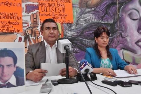 El legisaldor Octavio Martínez Vargas y Eva Ahuatzin Guerra, madre del inculpado por la Procuraduría General de Justicia del Estado de Méxic. Foto: Jorge Villa